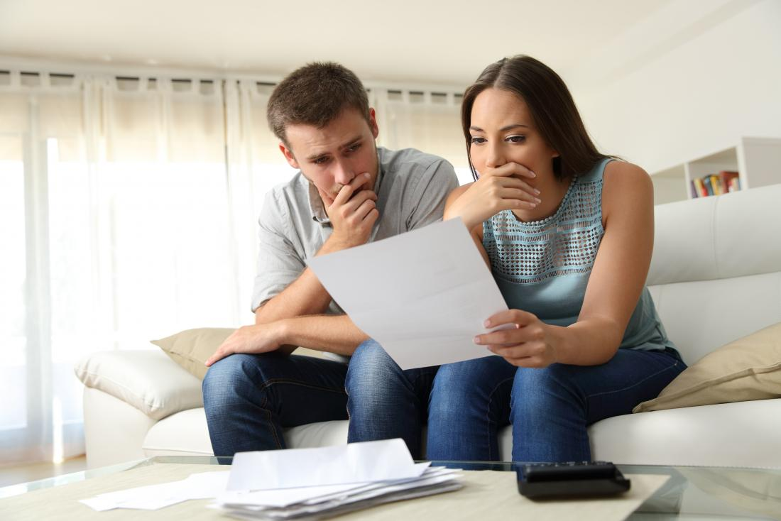 mężczyzna i kobieta szuka zainteresowanych na papierze