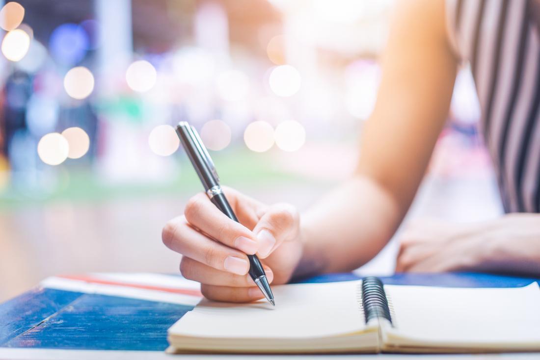 kobieta pisze w dzienniku