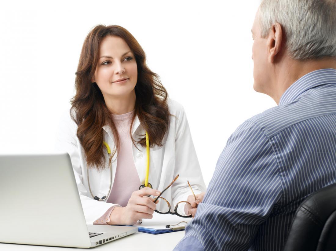 Arzt berät sich mit ihrer Patientin