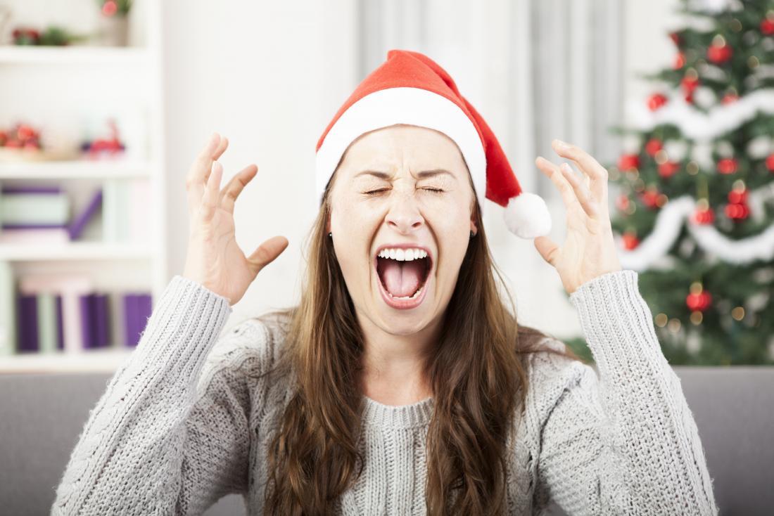 femme stressée portant chapeau de Noël