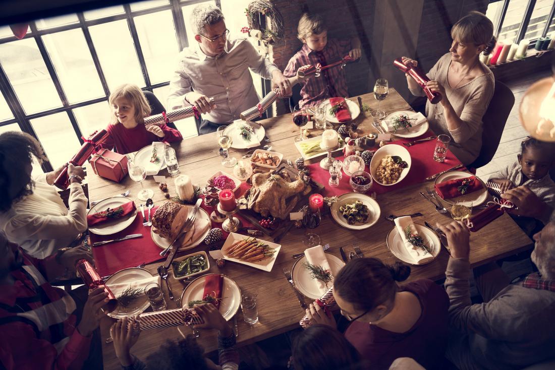 famille assis à la table avec le dîner de Noël
