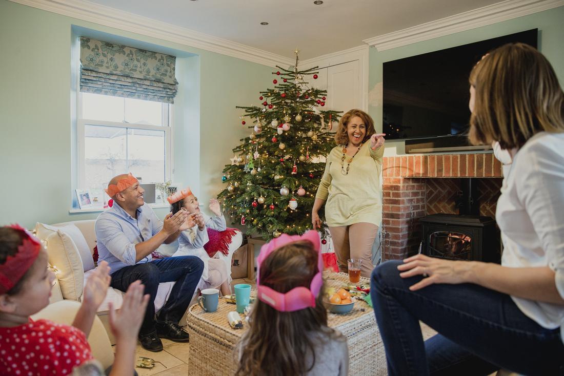 famille jouant à des jeux de Noël