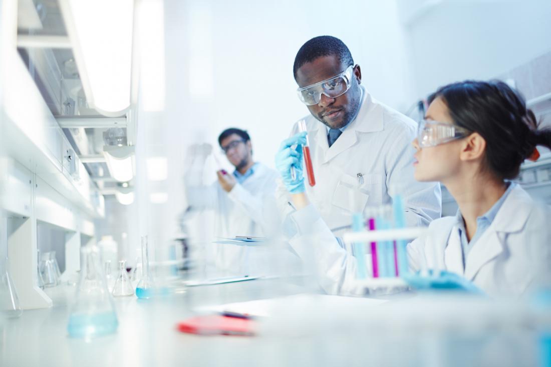 laboratuarda çalışan araştırmacılar
