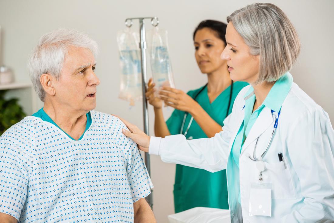 Mann, der Behandlung im Krankenhaus mit iv Linie erhält