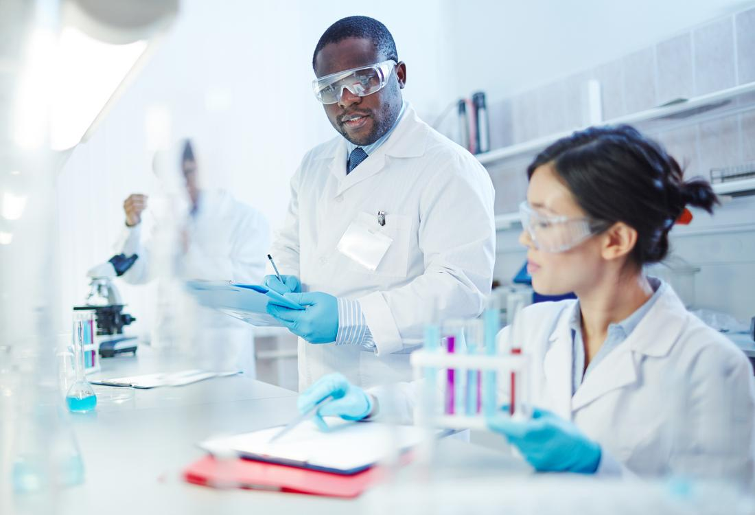Wissenschaftler arbeiten in einem Labor