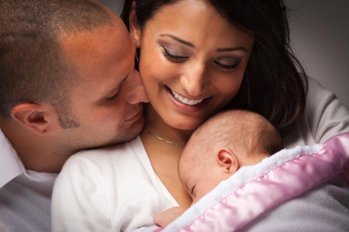 parents tenant un bébé