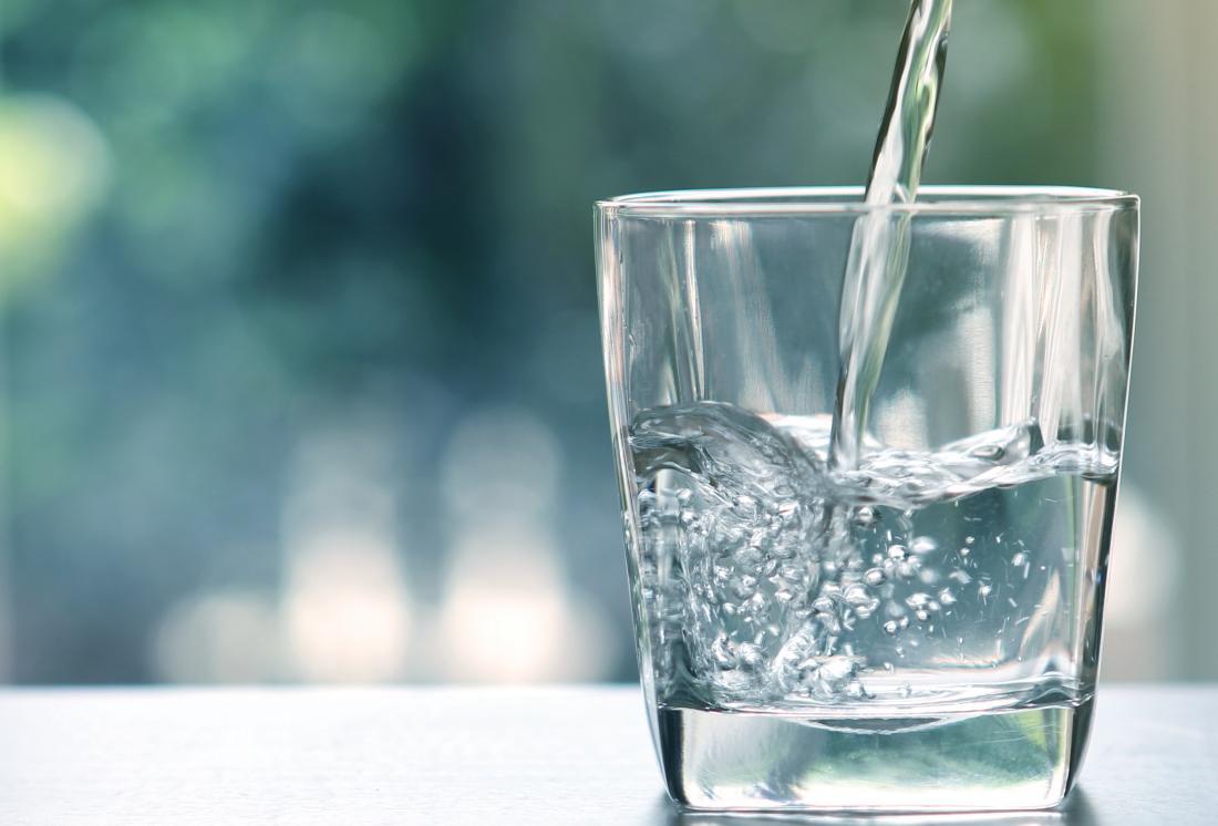 Bir bardak içine dökülürken temiz su.