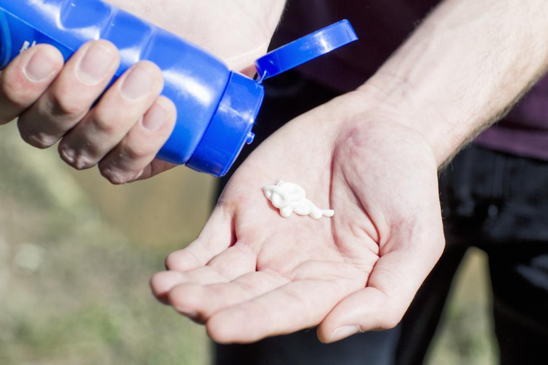サンローションはボトルから手のひらに絞られています。