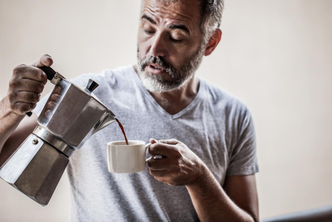 [Un homme plus âgé, boire du café]