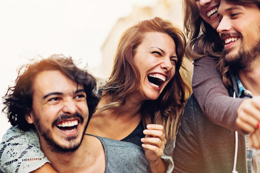 một nhóm bạn cười