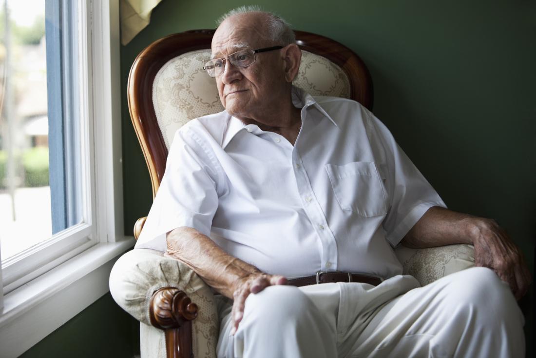 椅子に座っている年上の男