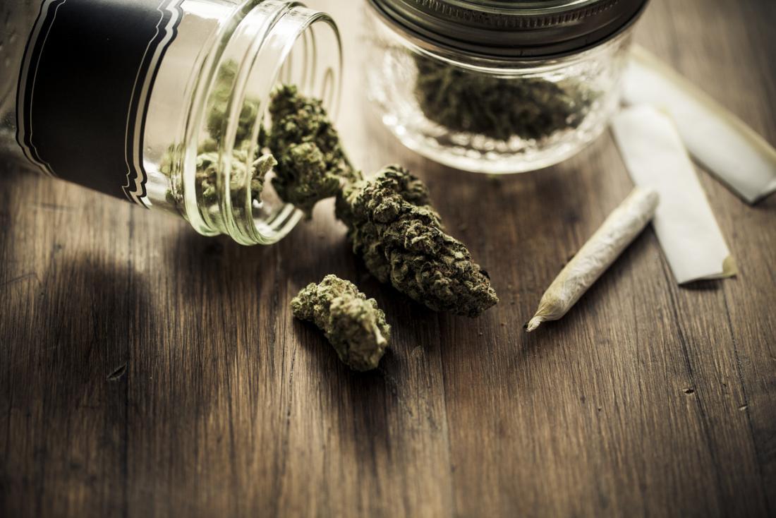 cannabis su un tavolo