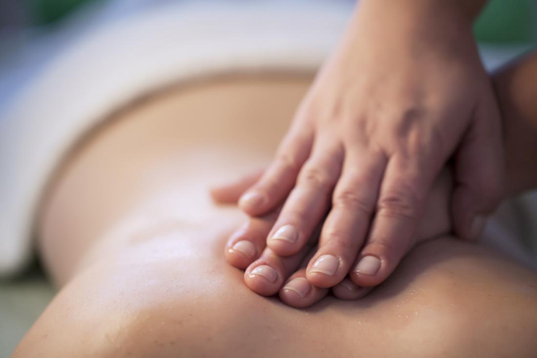 [Một người phụ nữ nhận được một massage]