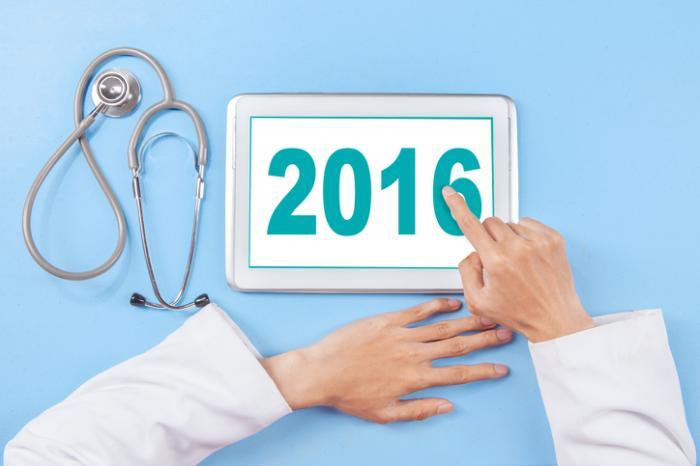 [Un dottore tocca un tablet che mostra il 2016]