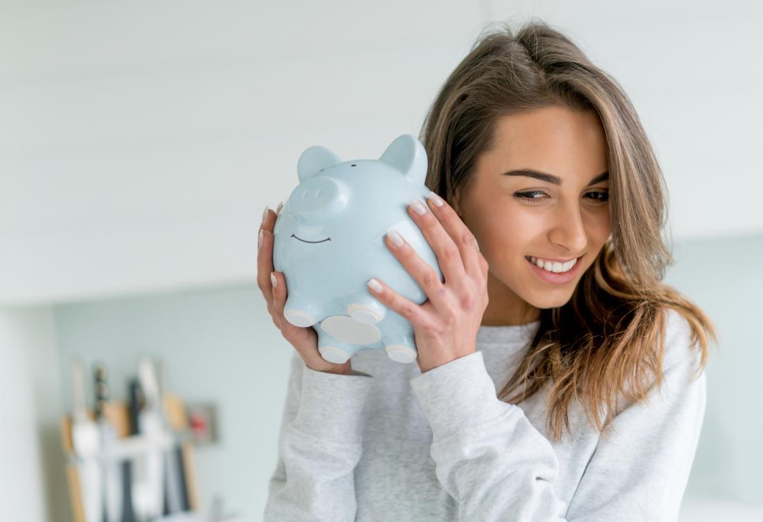 kobieta drży piggy bank