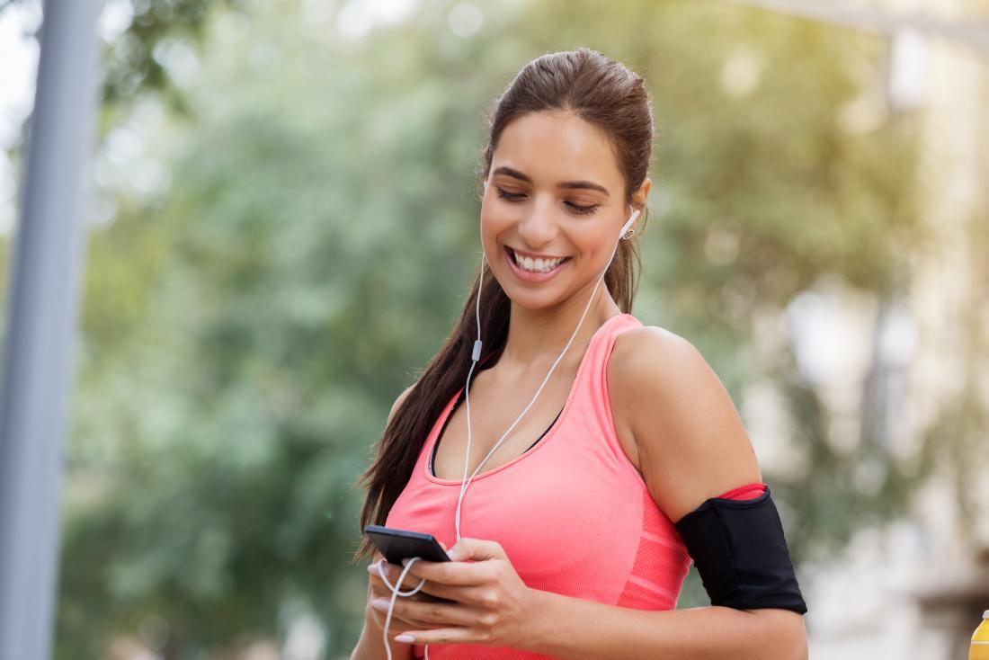một người phụ nữ nghe nhạc trong khi tập thể dục