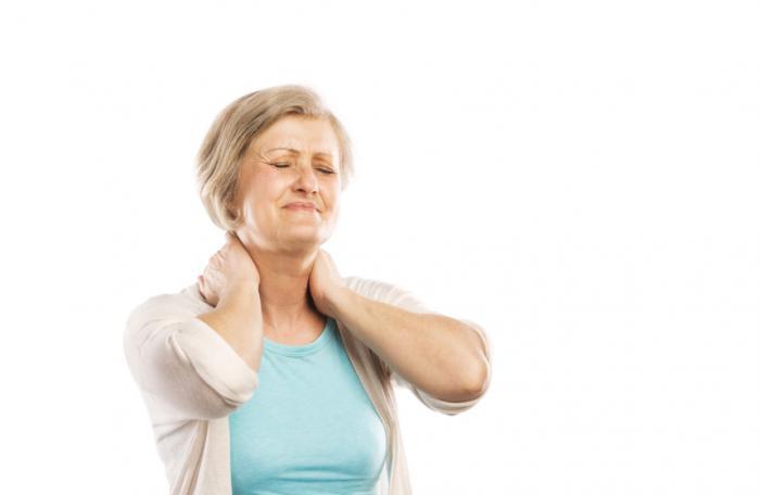 Một phụ nữ bị đau cổ.