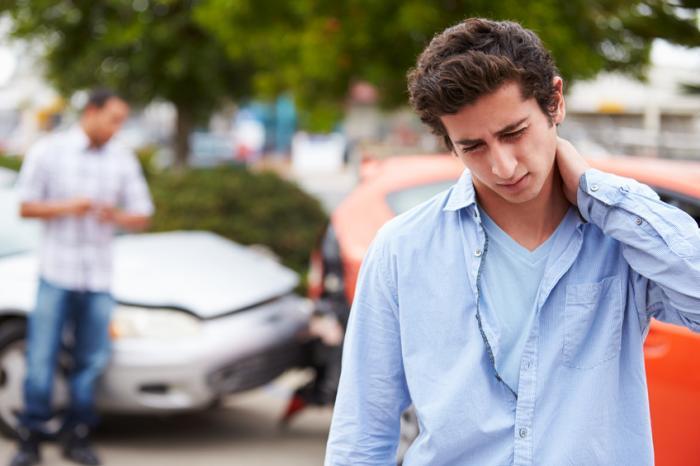 青少年は、車が墜落した後、鞭打ちをする。