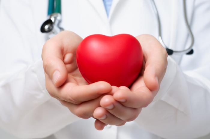 [Un médecin tenant un coeur]