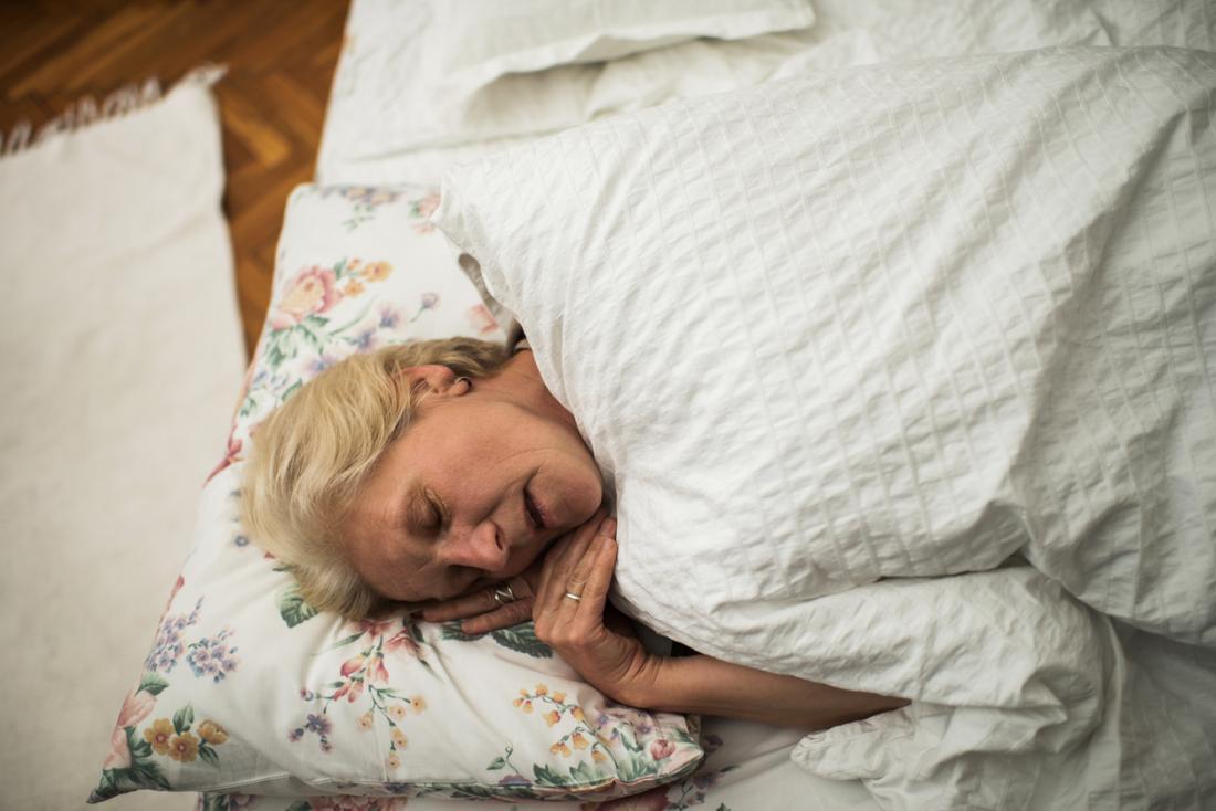 възрастната дама спя