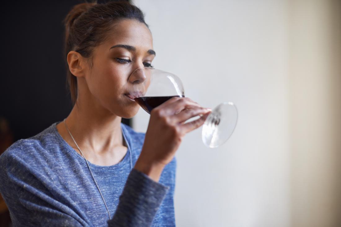 kadın bir bardak kırmızı şarap keyfi