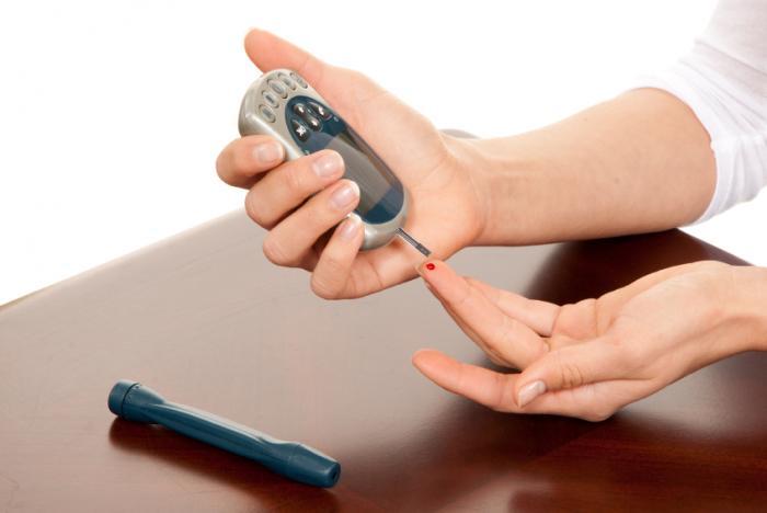 [Жена с диабет, измерваща кръвната захар]
