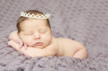 jeune bébé portant une couronne