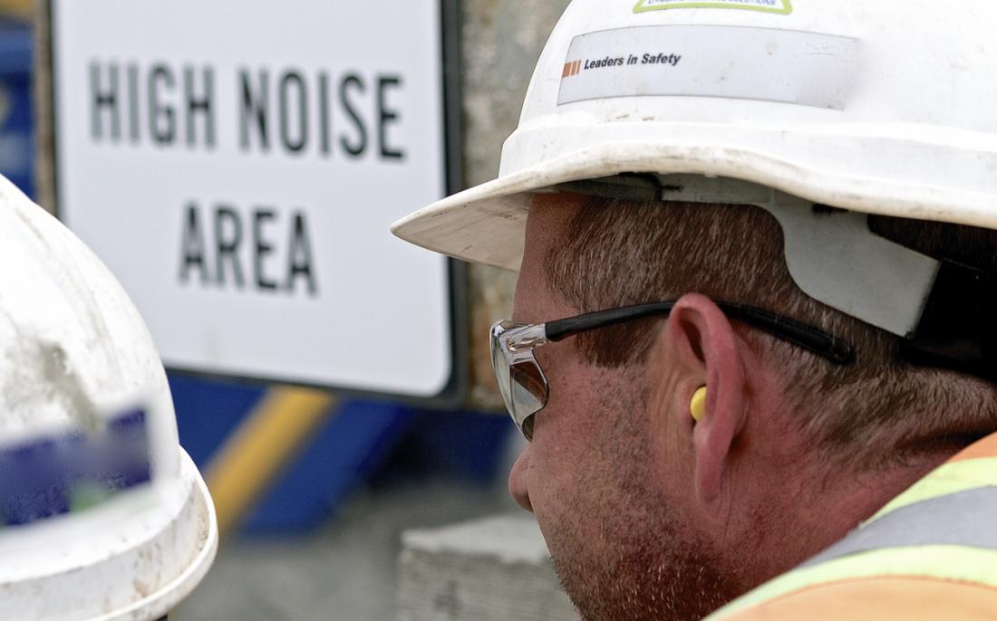 Homme travaillant dans la zone bruyante.