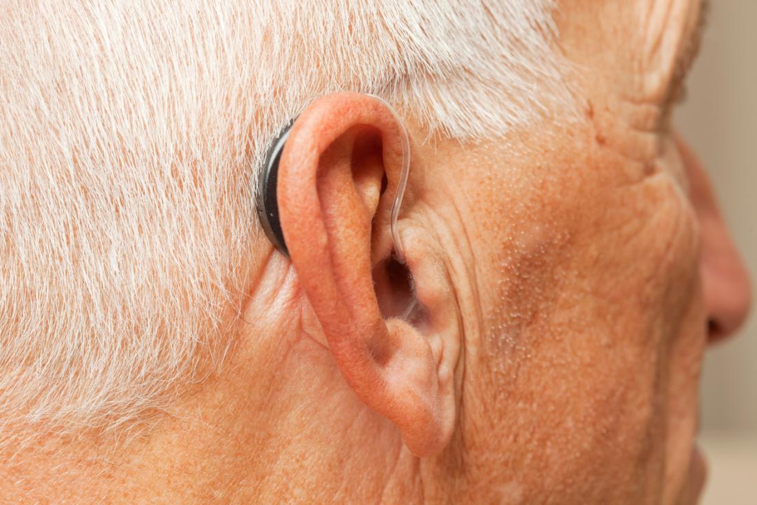 Senior homme avec aide auditive.