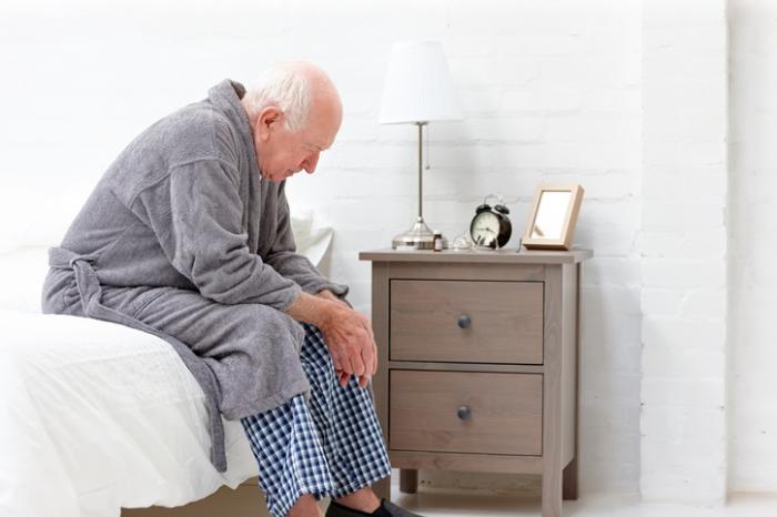 [ông già trông mệt mỏi trong áo choàng tắm]