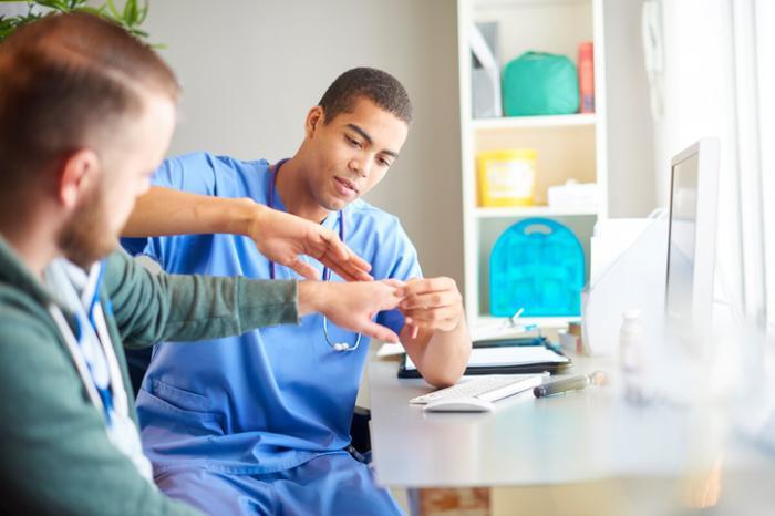 医者が患者の手を検査する