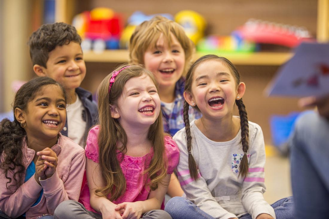 trẻ em cười cùng nhau