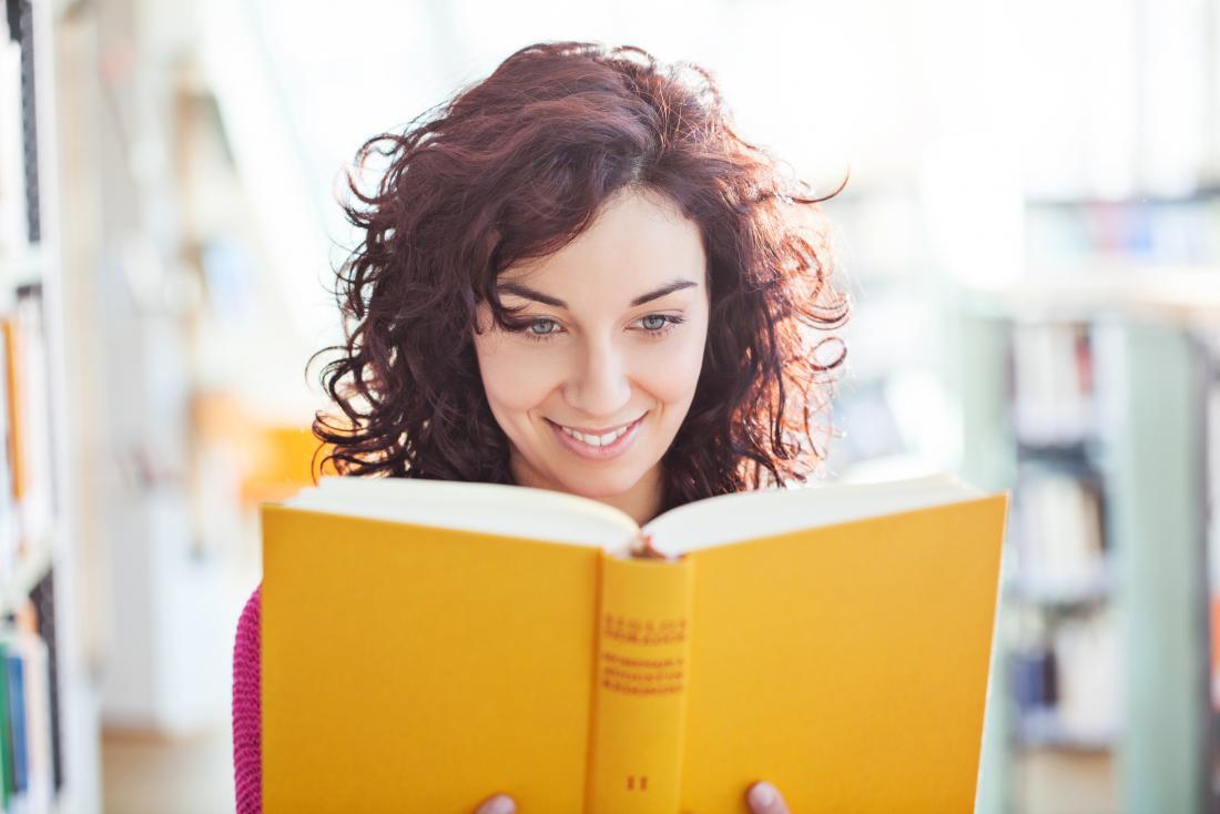 một người phụ nữ đang đọc sách