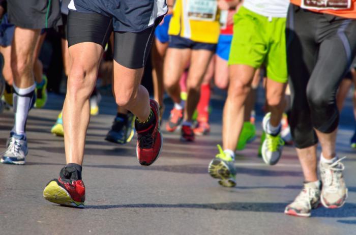 Les gens qui courent un marathon.