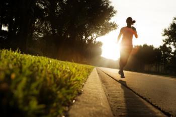 Femme allant pour un jogging dans un parc.