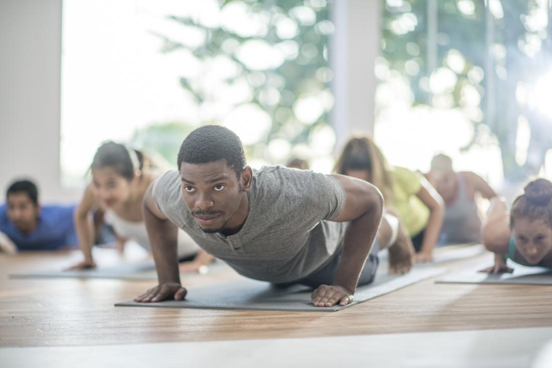 [Mann Plank Pose Yoga-Klasse]