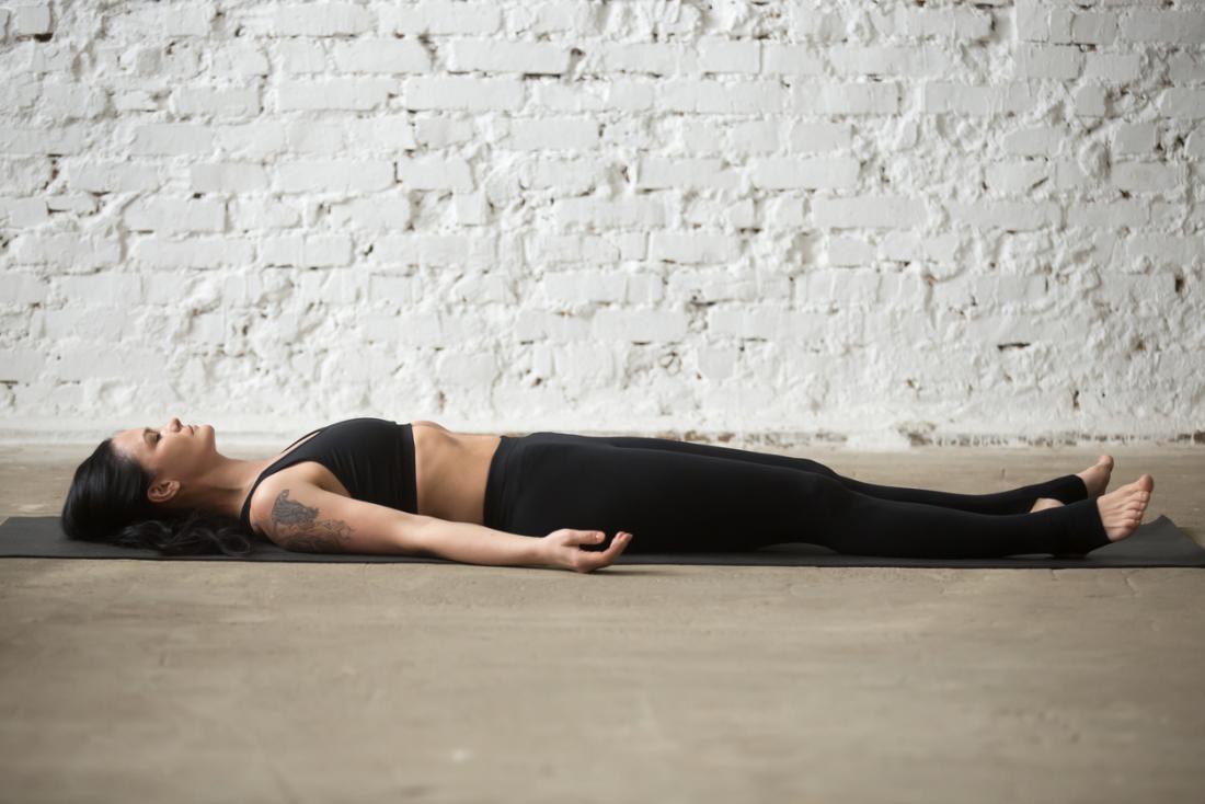 [Frau Yoga Leichenpose]