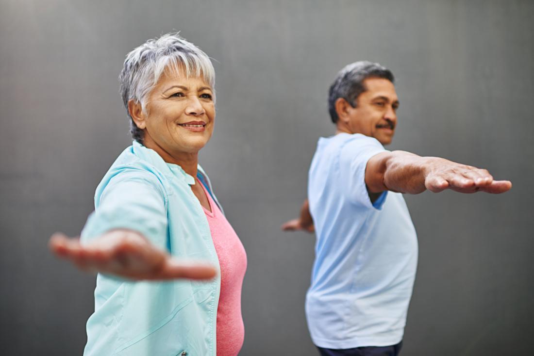 [yaşlı çift yoga yapıyor]