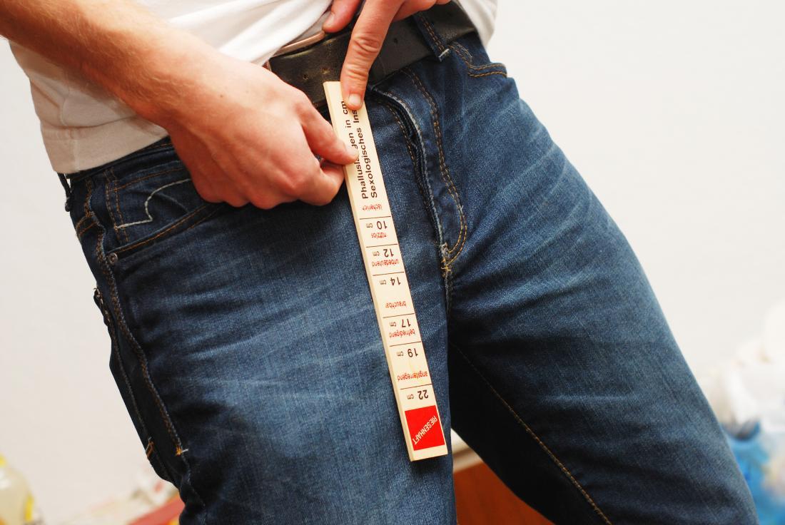 човек, който измерва чатала му