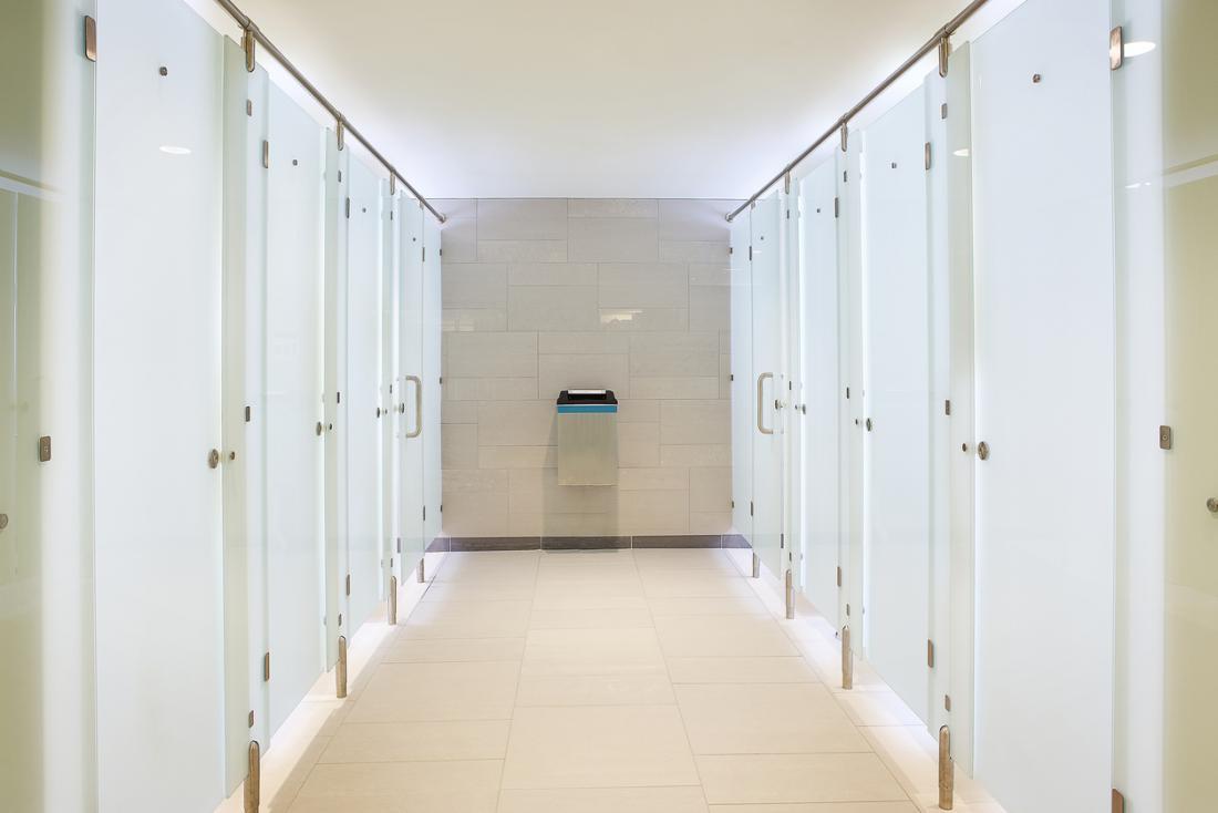 Öffentliche Toilette mit sauberen Toilettenkabinen.