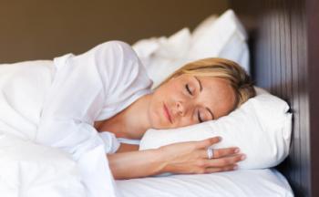 Eine Frau schläft bequem.