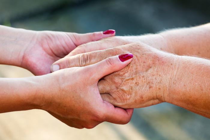 jeunes mains tenant les vieilles mains