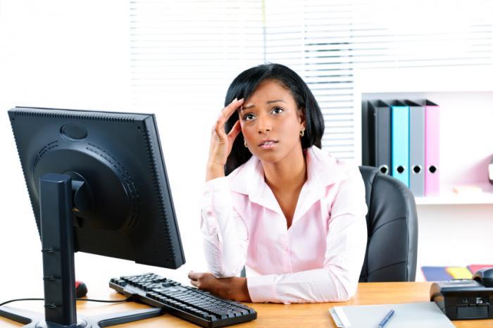 Một người phụ nữ căng thẳng tại nơi làm việc