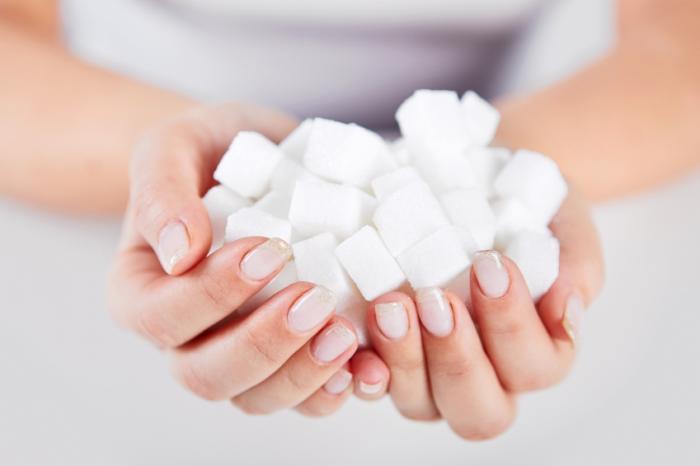 [Une femme tenant des cubes de sucre]