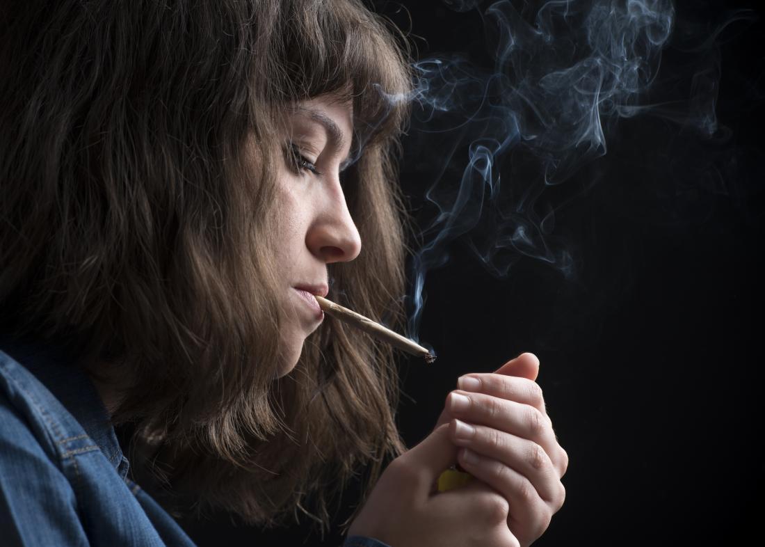 若い女の子喫煙ポット