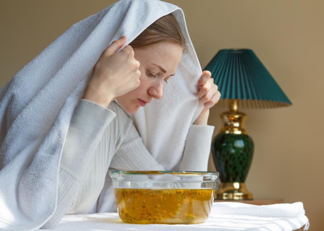 Mulher usando inalação de vapor pode ajudar a parar de chiado