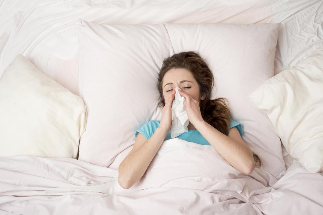寒さのあるベッドの女性