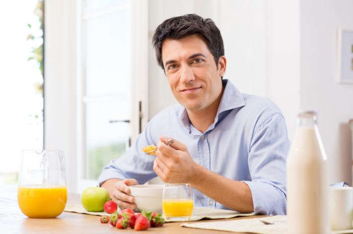 [Un uomo che fa colazione]