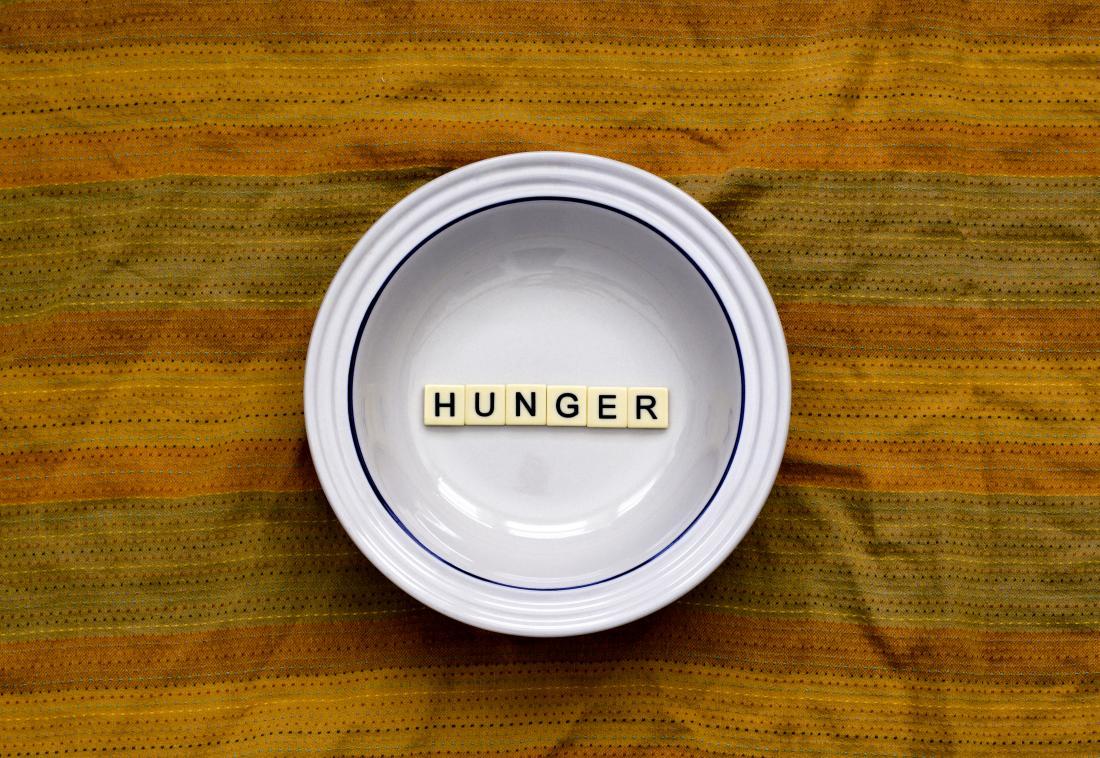 Hunger in eine weiße Platte geschrieben