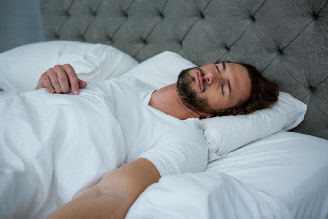 homem dormindo em uma cama